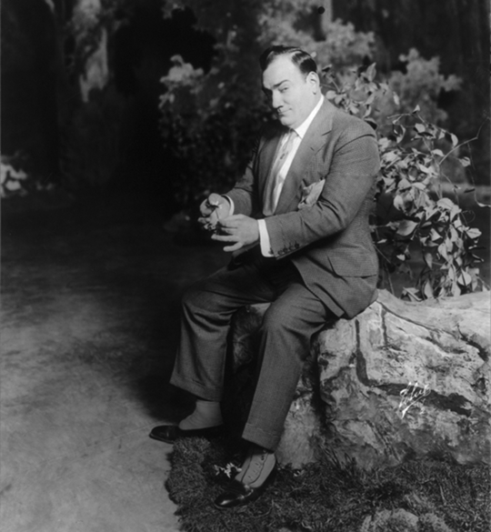 Caruso with a flower in 1913 (Source: Library of Congress)