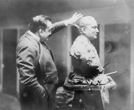 Caruso examining a bust sculpture of himself in 1914 (Source: Library of Congress